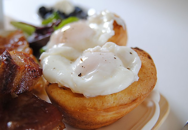 Poached eggs on popovers