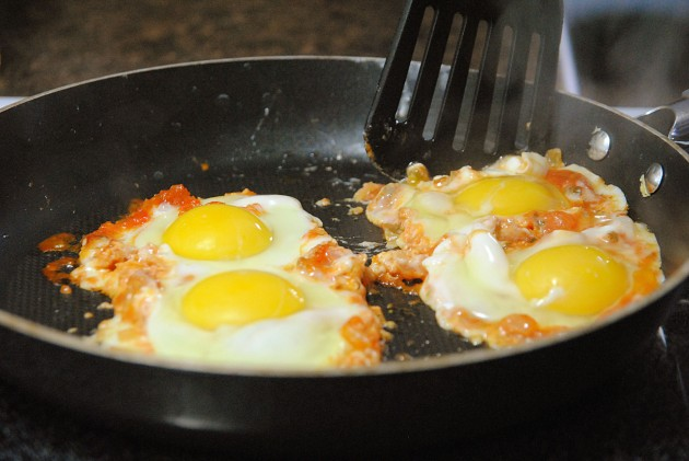 Cooking eggs in salsa